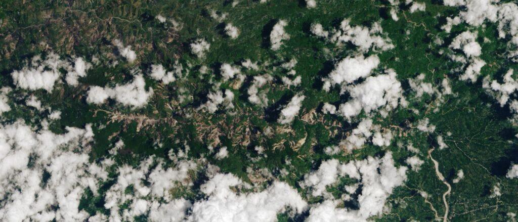 deslizamientos de tierra visibles en Imagen de Landsat 8 del 14 de agosoto, 2021